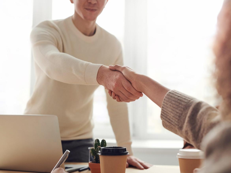 مهارات التعامل مع الآخرين في بيئة العمل